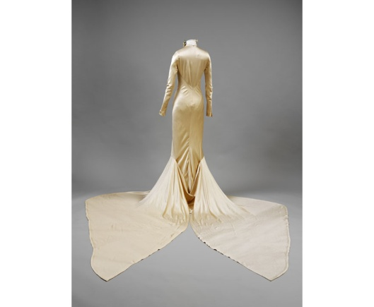 V and A dress by Charles James, London 1934 worn by Barbara Beaton from en.vogue.fr_exposition_wedding_dresses_1775_2014__180136430_north_883x.1
