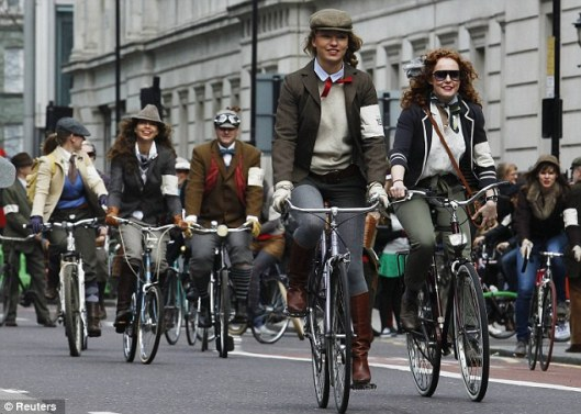 cycle fashion tweed run london 2014 daily mailarticle-2308626-19456FF7000005DC-595_634x453
