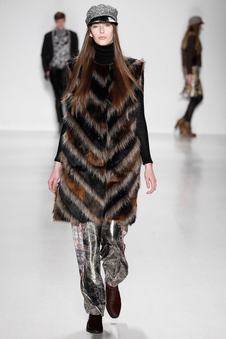 60s vibe long faux fur gilet.mod hat custo barcelona_ARC0828.450x675