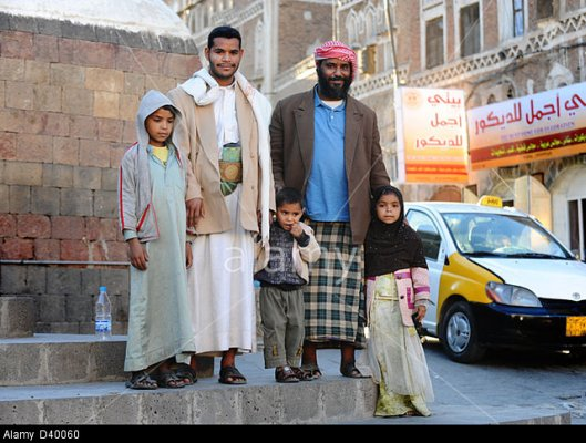 D40060 Two Muslim men with their children in Sana'a, capital city of Yemen, Middle East. Image shot 2010. Exact date unknown.