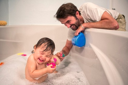 15 May 2014 --- Father and toddler daughter playing at bath time --- Image by © Romona Robbins Photography/Corbis