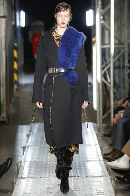 accessories, how to, blue faux fur shoulder throw, MSGM, vogue